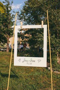 Hänge auf deiner Hochzeit einen überdimensionalen Polaroid-Rahmen als Photobox auf - so können deine Gäste Fotos schießen, wann sie möchten - und es bleibt trotzdem einheitlich!