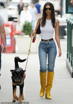 Runway look: Emily Ratajkowski stepped out for a morning walk with her dog in NYC looking. New York Fashion Week may be over but Emily Ratajkowski is still serving some major looks. The supermodel stepped out for a morning walk with her dog. Mode Outfits, Casual Outfits, Fashion Outfits, Womens Fashion, Workwear Fashion, Fashion Blogs, Fall Fashion Trends, Autumn Fashion, Fall Trends
