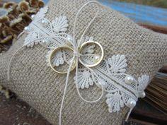 """Almofada confeccionada em juta. Acabamento em renda guipire, cordão e pérolas.    Para calcular o frete clicar em """"Comprar este produto"""". Ring Bearer Pillows, Ring Pillows, Pillow Crafts, Burlap Crafts, Couple Ring Design, Lavender Crafts, Wedding Ring Cushion, Cushion Cover Designs, Wedding Hands"""