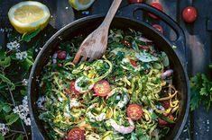 Laga en fräsch och smakrik räkpasta där fänkål, vitlök och chili fått fräsa i nyttiga fetter. Den är god mitt i kalla vintern eller när det är varmare ute! Chili, Paella, Sprouts, Shrimp, Lunch, Vegetables, Ethnic Recipes, Chili Powder, Eat Lunch