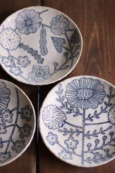 鹿児島 睦プレート- filling the whole form with a drawn form, usually flowers are a small part of another landscape , this plate plays with scale by filling the whole ground with the plant.
