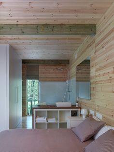 Detalle de la cabana de Arturo Loft, Cabana, Bed, Interior, Furniture, Home Decor, Wood Cabins, Fire Places, Woods
