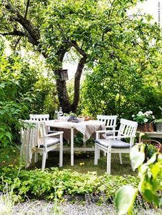 Trädgårdsidyll med ÄNGSÖ bord och 4 karmstolar.
