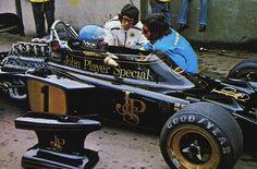 Ronnie Peterson talking with Peter Warr and Emerson Fittipaldi about his feelings on the Lotus 72. Interlagos F1 Tests, 1972.