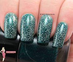 green-flowers-nail-art