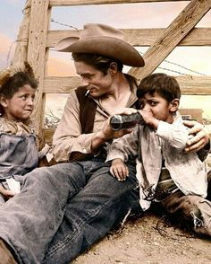 James Dean with two local children on location in Marfa, TX for George Steven's film, Giant, summer of James Dean Marilyn Monroe, James Dean Pictures, Jimmy Dean, Steven S, Precious Children, Vintage Hollywood, Hollywood Style, Clint Eastwood, Hollywood Actor