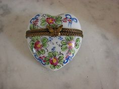Limoges France Peint Main Floral w Roses Heart Shape Trinket Box RETIRED.
