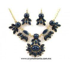 Set de collar y aretes en tono dorado con cristales y detalles en tono azul rey estilo 30535