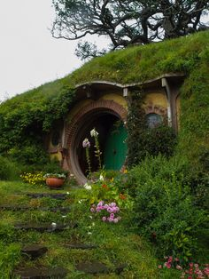 Maybe this is what we should do to the odd corner of our property...build a hobbit house!  Can you imagine?! Home Design, Earth Sheltered Homes, Underground Homes, Unusual Homes, Earth Homes, Natural Building, Earthship, Fairy Houses, Little Houses