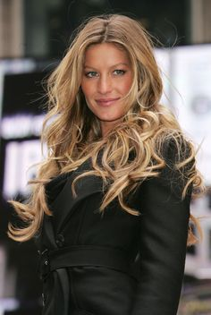 Gisele's much coveted, never truly imitated beachy curls. She single-handedly started the balyage/ombré trend -P. Gisele's much coveted, never truly imitated beachy curls. She single-handedly started the balyage/ombré trend -P. Gisele Bundchen, Celebrity Hairstyles, Trendy Hairstyles, Gisele Hair, Beauté Blonde, Blonde Tips, Celebrity Hair Colors, Blonde Celebrity Hair, Corte Y Color