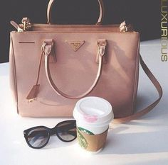 хорошая сумка, новые очки и стаканчик кофе с помадой - может, перчатки