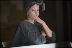 Elizabeth Banks shows you the woman behind the couture as Effie Trinket in The Hunger Games: Mockingjay Part Hunger Games La Révolte, Hunger Games Outfits, Hunger Games Problems, Hunger Games Movies, Hunger Games Mockingjay, Hunger Games Catching Fire, Hunger Games Trilogy, Katniss Everdeen, Katniss And Peeta