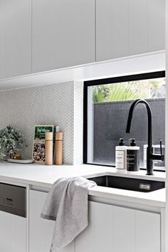 5 step guide to picking the right kitchen splashback tile. Penny round kitchen splash back, white kitchen splash back, modern kitchen splash back Kitchen Splashback Tiles, Backsplash Tile, Kitchen Cabinets, Engineered Timber Flooring, Home Interior, Interior Design, Interior Plants, Interior Modern, Modern Luxury