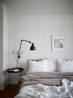 Neutral bedroom with a balcony view Neutrales Schlafzimmer mit Balkonblick - via Coco Lapine Design Home Decor Bedroom, Neutral Bedroom, Home Decor, Minimalist Bedroom, Modern Bedroom, Small Bedroom, Japanese Bedroom, Remodel Bedroom, Minimal Bedroom