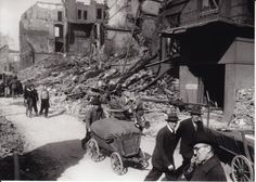 HANNOVER 1945 in Trümmern Menschen transportierten im März 1945  ihre Habseligkeiten auf Handwagen durch die Trümmer der Stadt.