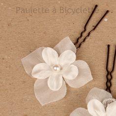 Pics à chignon mariage en double fleur de tissu ivoire