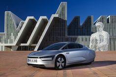 Volkswagen XL1: l'ecologia che verrà  Ecco l'auto da 1 litro per 100 chilometri. Al Salone di Ginevra la Casa di Wolfsburg ha fatto debuttare la sua berlina a due posti super ecologica, figlia di un progetto fortemente voluto da Ferdinand Piëch oltre una decina di anni fa.  Era nata nel 2003 come concept...