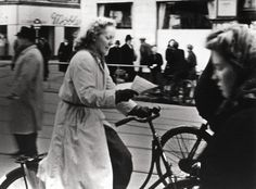 Danish woman reads illegial press newspaper while riding a bicycle during the occupation. Ingen titel - Nationalmuseets Samlinger Online