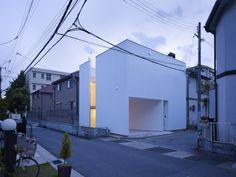 Minimalismo japones en estado puro. Dos aberturas laterales mantienen al interior conectado con el ritmo de la ciudad #arquitectura
