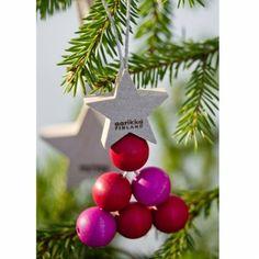 Aarikka KUUSINEN Weihnachtsbaumschmuck aus Holz, Motiv Baum, 13 cm hoch, 2er Pack, rot  Mit diesem Weihnachtsbaumschmuck kommt Vorfreude auf - die typische Aarikka Formensprache der runden Holzkugeln findet sich auch hier und interpretiert den klassischen Weihnachtsbaum neu.  Erhältlich in den Farbvarianten: rot und weiß/natur  Das Unternehmen AARIKKA: Aarikka ist neben iittala und marimekko eine der großen Design-Marken aus Finnland.