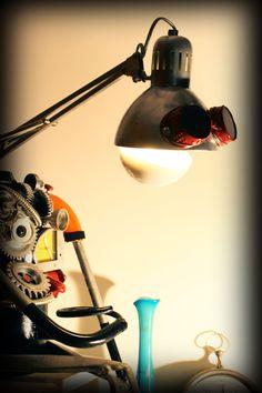 Il Mobilaccio presenta Eddy l'affezionatissima lampada che non può mancare in una casa arredata in modo particolare. Il suo inconfondibile stile a cavallo tra lo Steampunk e il Cyberpunk la rendono unica nel suo genere. Anche Eddy preferisce riscaldare l'ambiente con una luce soffusa e accattivante. Un pezzo da collezione unico e irripetibile!!