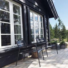 { sol til fjells } Lillehammer, Lake Cabins, Black Exterior, Cozy Cottage, White Houses, Terrace, Yard, Windows, Black And White