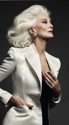 in either kind of style Carmen Dell'orefice, Beautiful Old Woman, Elegant Woman, Beautiful People, Look Fashion, Fashion Models, Older Models, Advanced Style, Glamour
