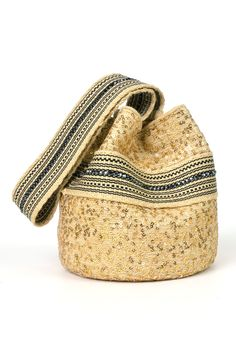Iwa mochila Bag from the Wayúu Collection. Crystallized with Swarovski crystals. Tapestry Bag, Tapestry Crochet, Dress With Converse, Boho Bags, Crochet Handbags, Quilted Bag, Bead Crochet, Knitted Bags, Cloth Bags