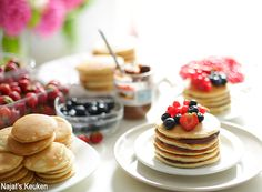 Start your day with these delightful, fluffy pancakes. These pancakes are made on a base of yogurt, it makes them even softer then they normally are. Best Red Velvet Recipe, Red Velvet Recipes, Rolo Cookies, Honey Cookies, Meringue Desserts, Raspberry Desserts, Pokemon Cupcakes, American Pancakes, Chocolate Roll
