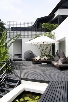 Inspiration 83 What a nice contrast of the white and gray. Decks and patio backyard livingWhat a nice contrast of the white and gray. Decks and patio backyard living Terrasse Design, Balkon Design, Patio Design, House Design, Backyard Designs, Rooftop Design, Backyard Ideas, Wall Design, Design Design