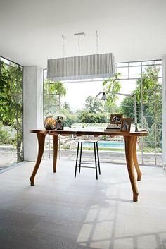 Det svungne bord er håndlavet af bådbygger Jonas Bergsøe, og loftslampen er af Inge Sempé for Luceplan. Skammel fra Frama.  De smukke mundblæste vaser er fra tyske Guaxs og fundet hos The Architects Choice.