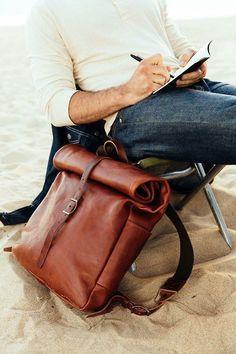 Mooie leren oprol rugzak aan het strand - Beautiful leather rolltop backpack at the beach