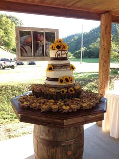 sunflower burlap wedding cake. THIS IS MY CAKE!!!!!! This is what I want to do!! More #countryweddingcakes