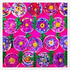 Flores decoradas con lentejuelas y estambre que hicieron mis alumnos de 1ero y 2do de Primaria en clases de #Arte!