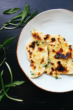 My Little Expat Kitchen: Wild garlic flaky flatbreads Garlic Recipes, Wine Recipes, Bread Recipes, Cooking Recipes, Healthy Recipes, Healthy Food, Garlic Flatbread Recipe, Garlic Pizza, Ramp Recipe