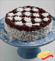 """""""Bolo Prestígio"""" (Aro 24) - Pão de ló de chocolate molhadinho, recheado com doce de coco. Cobertura de brigadeiro e flocos de coco."""
