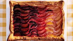 plum tart with gradient effect Rough Puff Pastry, Frozen Puff Pastry, Plum Tart, Tart Shells, Pastry Blender, Cookie Cups, Fruit In Season, Baking Pans