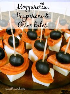 Num's the Word: These simple Mozzarella, Pepperoni & Olive Bites are an easy mak. Num's the Word: These simple Mozzarella, Pepperoni & Olive Bites are an easy make ahead appetizer Wedding Appetizers, Finger Food Appetizers, Appetizers For Party, Appetizer Recipes, Baby Shower Appetizers, Baby Shower Finger Foods, Nibbles For Party, Fruit Appetizers, Baby Finger