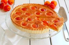 Tarte aux abricots : Quand la saison des abricots arrivent, on apprécie les déguster frais mais on aime également les préparer en tartes.  INGRÉDIENTS (4 PERSONNES)  400g d'abricots 1 rouleau de pâte brisée 100g de poudre d'amandes 100g de beurre ramolli 100g de sucre 2 c à s de farine 3 c à s de crème fraîche liquide 2 œufs 2 c à s de rhum 1 pincée de sel