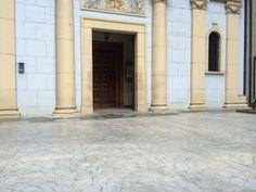 Pavimento de hormigón estampado de entrada a una iglesia textura adoquín abanico color gris plata