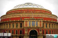 A casa de espetáculos Royal Albert Hall. É um salão de espetáculos em South Kensington, Londres, capital do Reino Unido, com capacidade para quase 6.000 pessoas. Foi inaugurado a 29 de Março de 1871 pela rainha Vitória, em memória do seu falecido consorte Alberto de Saxe-Coburgo-Gota. Palco dos maiores shows da história, a casa de espetáculos já recebeu nomes como: Led Zeppelin, David Gilmour, Andrea Bocelli, Oasis, entre outros.  #RoyalAlbertHall #Arte #DanielKalil #DanielKalilArquitetura