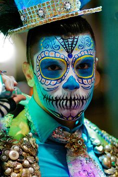 Great Sugar Skull face, for Day of the Dead - Dia de los Muertos in Mexico = wonderful face painting Maquillaje Sugar Skull, Helloween Make Up, Mexico Day Of The Dead, Day Of The Dead Party, Sugar Skull Makeup, Sugar Skulls, Dead Makeup, Face Makeup, Halloween Make