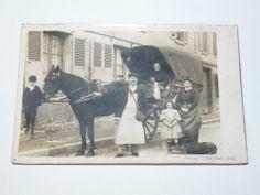Belle carte photo ancienne Photo L.HENRY, Creil, Représentant un vendeur de lait