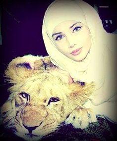 Dubai Fashionista..with her pet...a cat is sooooo too simple ..hmmm ...grrrr. 'same' eyes as her cheetah