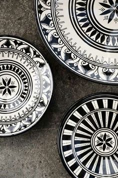 Punch POW Moroccan black and white plates.Moroccan black and white plates. Moroccan Plates, Modern Moroccan Decor, Moroccan Style, Moroccan Dishes, Moroccan Print, Black And White Dishes, Black N White, Monochrome, Home Accessories