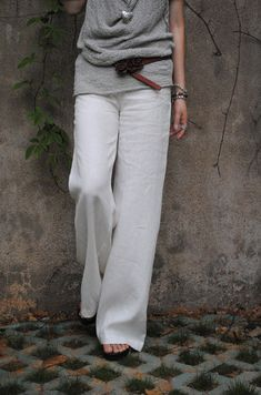 Styling it right...Linen trousers in white with a grey top...perfect!