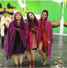Descendants 2 behind the scenes with Dove, Diane and Sofia ! The Descendants, Descendants Pictures, Descendants Characters, Disney Channel Descendants, Disney Channel Stars, Disney Stars, Sofia Carson, High School Musical, Strong Female