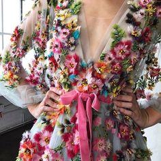 "Polubienia: 21.6 tys., komentarze: 53 – Loving Haute Couture (@lovinghautecouture) na Instagramie: ""#Marchesa 🌺 by @lalaluxe"""