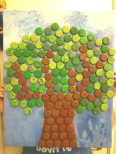 i want to do a bottle cap christmas tree bulletin board this year, but would choose a triangle shape and use colored ones to resemble garland - more modern. Recycled Art Projects, Recycled Crafts, Diy And Crafts, Crafts For Kids, Paper Crafts, Arts And Crafts, Bottle Top Crafts, Bottle Cap Projects, Plastic Bottle Caps