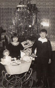 1928  Sitting in the pram next to the boy, a Kämmer & Reinhardt #126 in a huge size. On the girl side probably sits a Heubach Köppelsdorf or Armand Marseille baby girl.